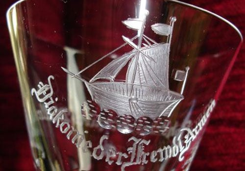 Glas mit einer Aufschrift und Boot
